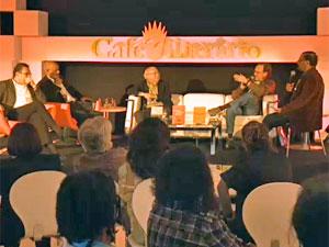 Luis Fernando Veríssimo (ao centro) se reuniu com outros escritores para homenagear Moacyr Scliar(Foto: Reprodução/G1)